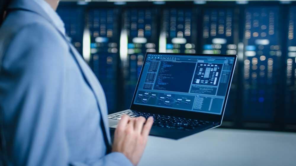 IT-Spezialist unterstützt beim Smart Workspace