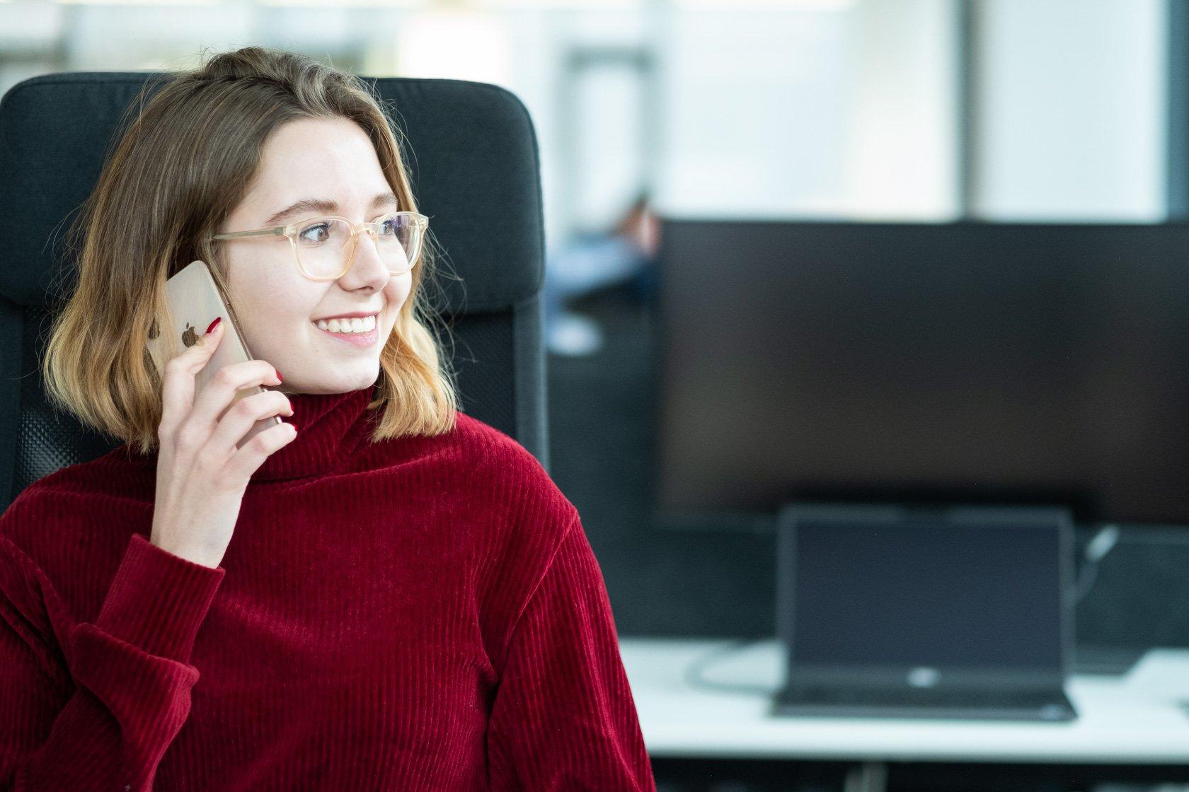 Apple iPhone Frau im Office