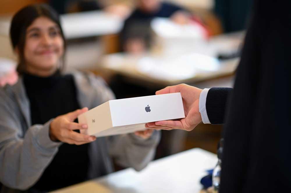 Schülerin bekommt ipad für den Unterricht