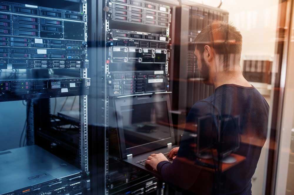 IT Experte arbeitet an einem Backup im Serverraum